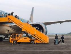 vietnam airlines cho 100 cong dan anh ve nuoc don gan 100 nguoi viet hoi huong