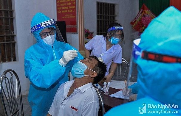 Lấy mẫu xét nghiệm cho người dân huyện Diễn Châu (Ảnh: Thành Cường)