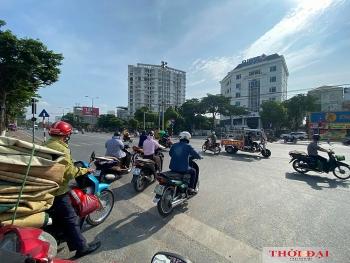 Hà Nội ngày đầu thực hiện Công điện 15: Hàng quán đóng cửa, người ra đường vẫn đông