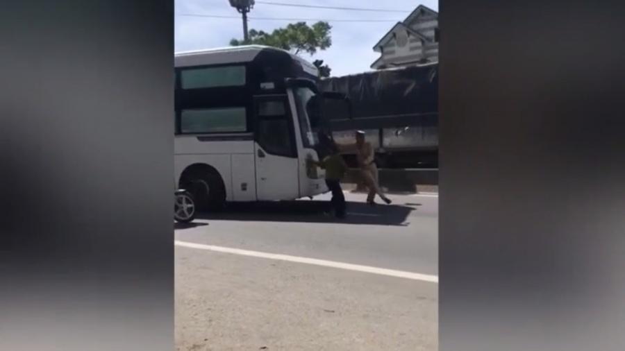 video tai xe xe khach co tinh nhan ga huc csgt