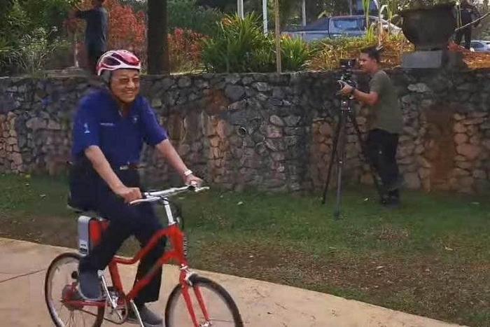 video thu tuong malaysia dap xe lien tuc gan 11km o tuoi 94