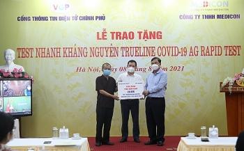 Trao tặng 100 nghìn bộ kit test nhanh COVID-19 cho 4 tỉnh, thành phố