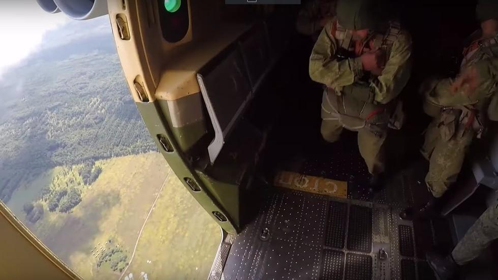 video can canh hang tram linh du tap tran chong khung bo