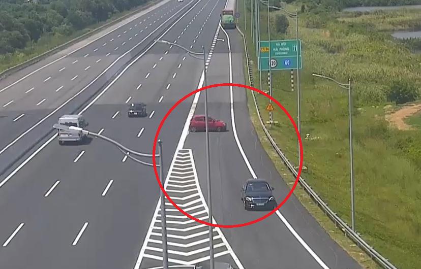 Clip: Bất chấp nguy hiểm, 2 ô tô nối nhau đi ngược chiều trên cao tốc Hà Nội - Hải Phòng