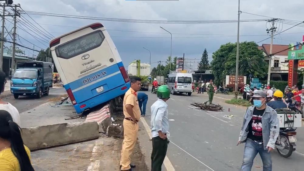 Clip: Hiện trường vụ xe khách mất lái tông chết người ở Đồng Nai