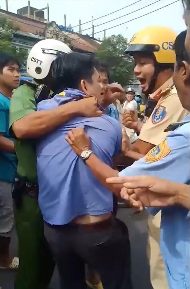 video dang cu cai lai xe buyt rut vat nhon dam trong thuong tai xe grab