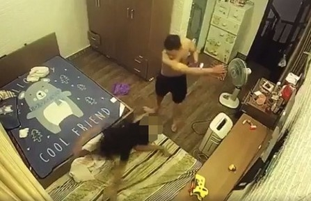 video chong ho lot do ghi dau roi danh dap vo da man truoc mat con nho
