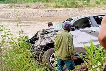 Nghệ An: Ô tô lao xuống vực, 2 giáo viên tử vong, 1 người nguy kịch