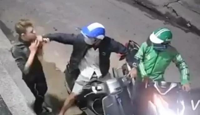 video hai doi tuong di dao vao co nan nhan roi cuop xe may dien thoai
