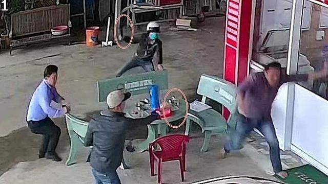 video con no rut sung ban trong thuong chu no ngay tai phong cong chung
