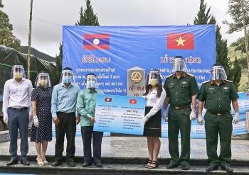 Tỉnh Vĩnh Phúc tặng trang thiết bị, vật tư y tế giúp các tỉnh Bắc Lào phòng, chống dịch Covid-19