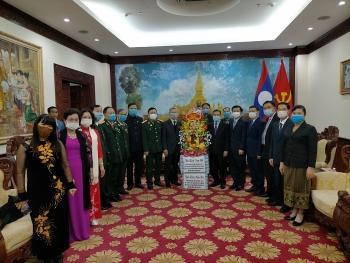 Việt Nam tặng Đại sứ quán Lào món quà đậm nét văn hoá truyền thống nhân Tết Nguyên Đán Tân Sửu 2021