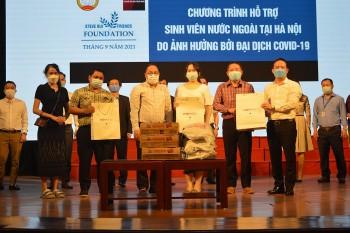 Tặng hơn 400 suất quà cho sinh viên quốc tế đang học tập tại 10 trường đại học trên địa bàn Hà Nội