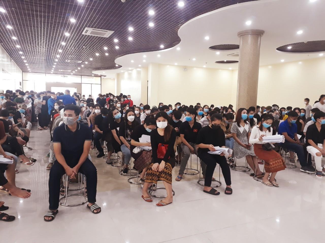 Tiêm vắc xin phòng Covid -19 cho gần 300 sinh viên Lào tại Việt Nam