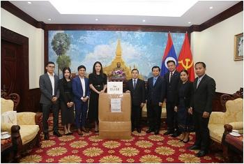 Doanh nghiệp Việt Nam trao tặng hơn 10.000 sản phẩm thời trang cao cấp cho phụ nữ Lào