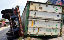 video container dam re taxi tren duong tai xe va khach phi than ra ngoai
