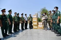Kiên Giang (Việt Nam) tặng Campuchia 100 chai nước rửa tay, 5.500 khẩu trang