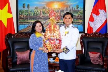 Liên hiệp Hữu nghị Cần Thơ chúc tết và tặng 5.000 khẩu trang y tế cho TLS Vương quốc Campuchia
