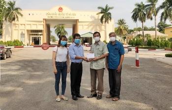 Kiên Giang trao 360 triệu đồng cho kiều bào nghèo và người dân Campuchia