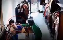 Nữ nhân viên shop quần áo ở Hà Nội kể lại giây phút bị gã đàn ông mặc áo GrabBike xịt dung dịch lạ để cướp tài sản