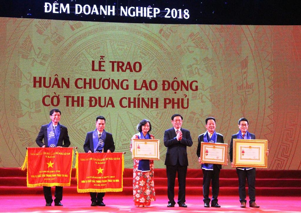 van phu invest duoc ton vinh tai dem doanh nghiep 2018