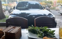Đang ngồi húp cháo thì thấy ô tô BMW đi tới, chàng trai buông thìa, có hành động lạ