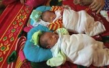 Rơi nước mắt cảnh 2 bé trai sinh được 8 ngày thì mồ côi mẹ