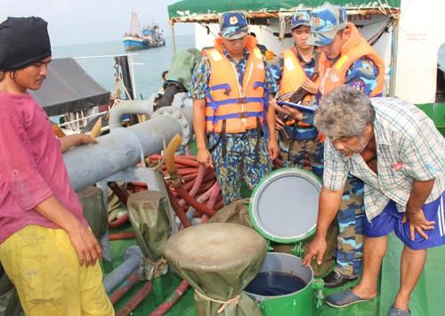 kien giang vung canh sat bien 4 bat giu tau cho 200000 lit dau trai phep tren bien