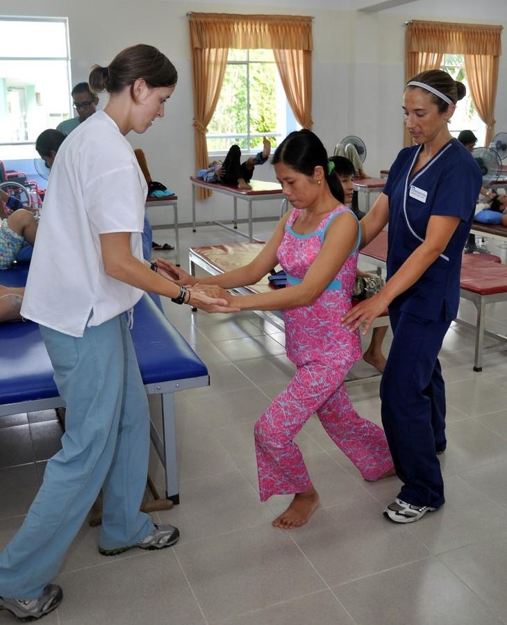 USAID hỗ trợ cung cấp dịch vụ phục hồi chức năng cho người khuyết tật. Ảnh: VOV World