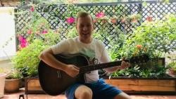 Đại sứ Anh vừa đàn vừa hát ca khúc Việt những ngày cách ly khiến nhiều người thích thú
