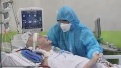 Video: Bệnh nhân phi công Anh mỉm cười, bắt tay với bác sĩ