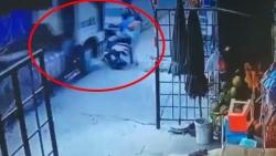 Video: Xe tải phóng nhanh tông nát đuôi xe con, hai người may mắn thoát chết