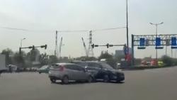 Video: Vượt cố vài giây đèn xanh đỏ, 2 xe ô tô đâm nhau khiến nhiều người hoảng hốt