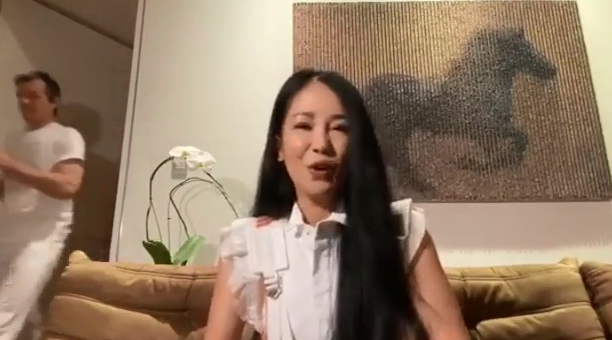 hong nhung lo mat ban trai ngoai quoc trong doan livestream o nha