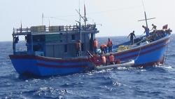 Vùng 2 Hải quân cấp cứu kịp thời 4 ngư dân bị tai nạn lao động trên biển