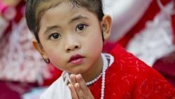 video choang canh hang nghin con khi xam lang ngoi chua o myanmar