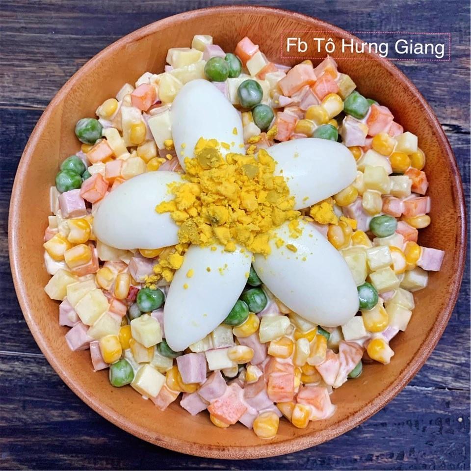 Hom nay an gi: Suon xao chua ngot an cung salad Nga