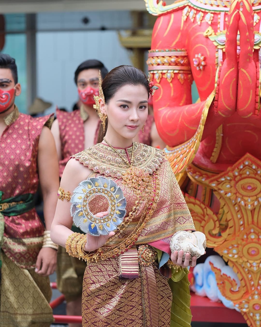 nu chinh chiec la cuon bay khoe loat anh hoi be chung minh nhan sac khong dao keo