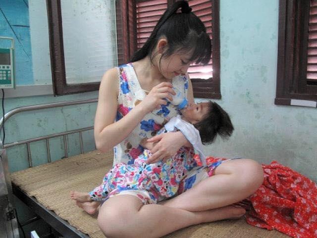 Hình ảnh cô gái độc thân, chưa từng làm mẹ lại hết lòng chăm sóc bé nhỏ khiến nhiều người cảm phục.