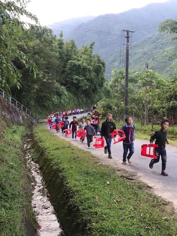 Hình ảnh trẻ em vùng cao đi dự lễ khai giảng sáng 5/9 khiến nhiều người xúc động.