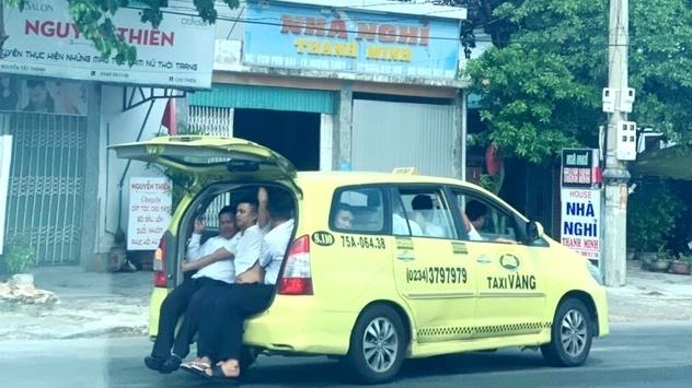 hu via truoc chiec taxi cho 11 nguoi ngoi tran ca cop xe tren ql 1a