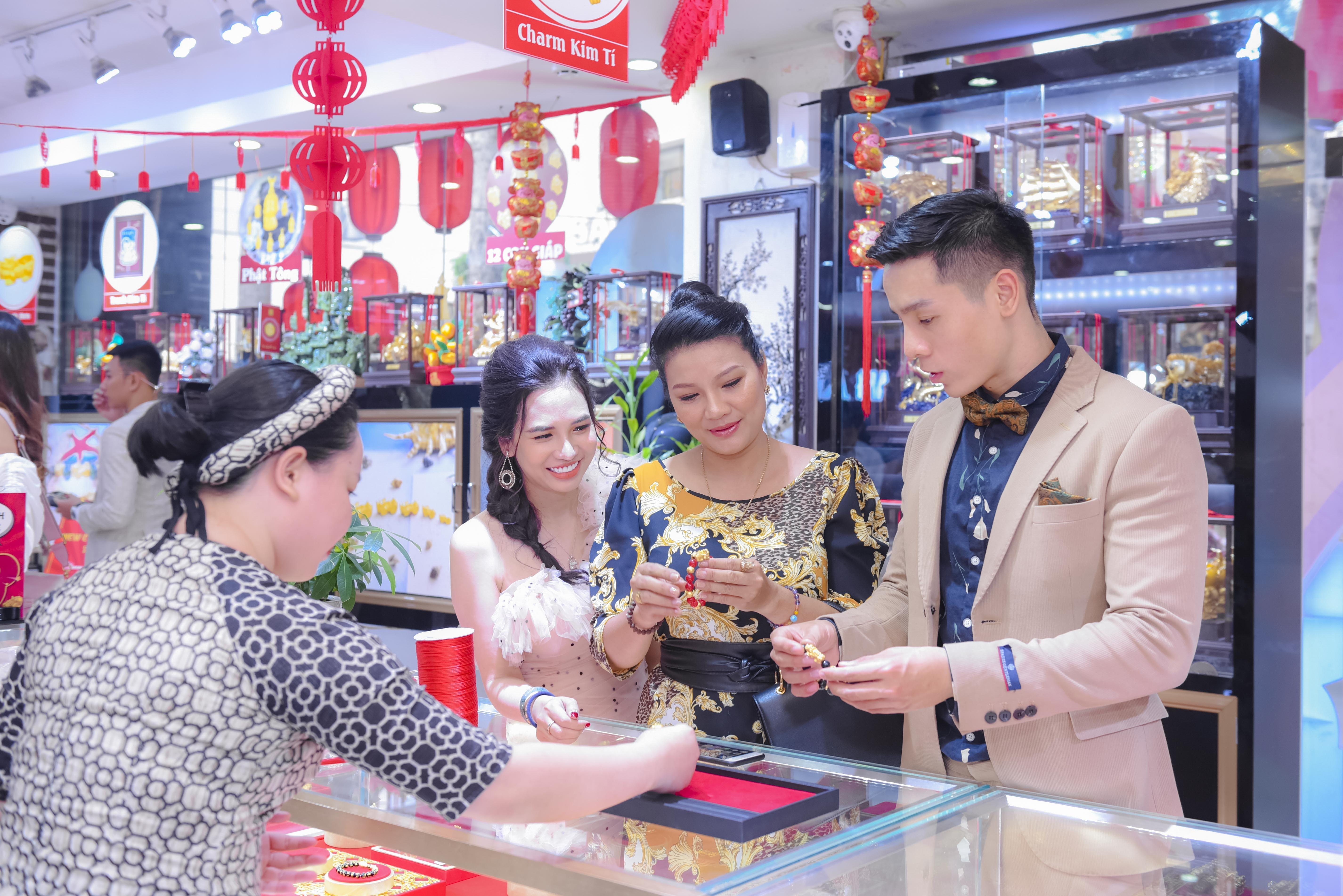 dien vien kieu trinh phan thi mo cao xuan tai hop mat mua trang suc phong thuy