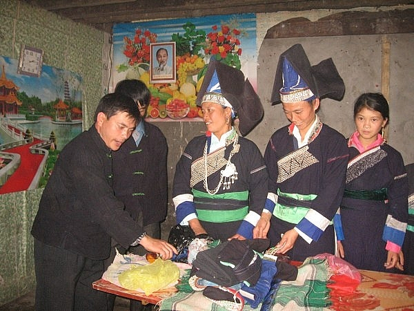 Bà chủ nhà giao đồ lễ xin dâu cho đôi ông bà mối nhà trai (Ảnh: Nguyễn Ngọc Thanh).
