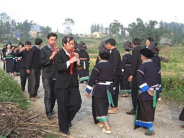 Đoàn nhà gái ra đường đón đoàn đi đón dâu nhà trai (Ảnh: Nguyễn Ngọc Thanh).