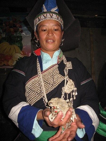 Bà chủ nhà chuẩn bị trang sức cho con dâu (Ảnh: Nguyễn Ngọc Thanh).