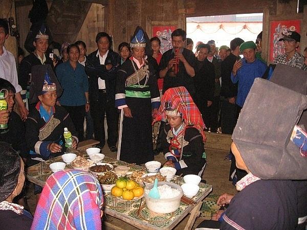Cô dâu quỳ lạy bàn thờ tổ tiên, các ông, bà để đi về nhà chồng (Ảnh: Nguyễn Ngọc Thanh).