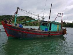 Giải cứu thuyền viên mắc kẹt trên biển Cô Tô trước khi bão số 2 đổ bộ