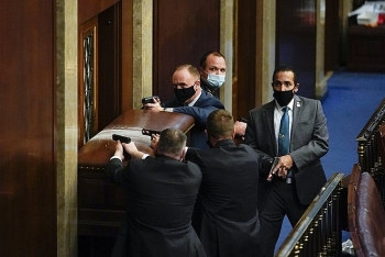 Video: Người ủng hộ ông Trump xông vào phòng họp Thượng viện Mỹ
