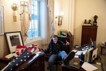Người đàn ông gác chân lên bàn làm việc Chủ tịch Hạ viện Mỹ bị bắt
