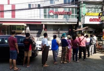 Người dân Myanmar 'mắc kẹt' tại cây ATM trong vụ binh biến